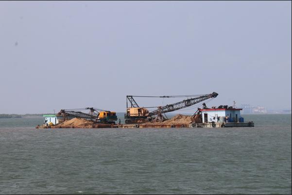 Cát xây dựng đang được vận chuyển vào bờ